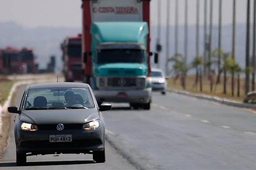 Motoristas deverão usar luz baixa durante o dia a partir de 8 de julho
